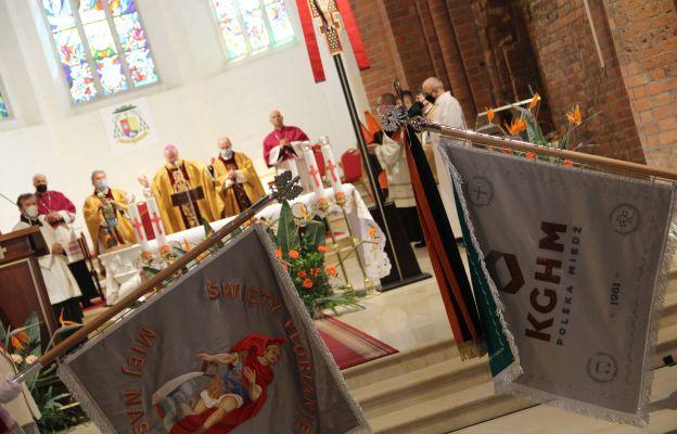 Podczas liturgii biskup poświęcił sztandary reprezentujące centralę KGHM Polska Miedź, Hutę Miedzi