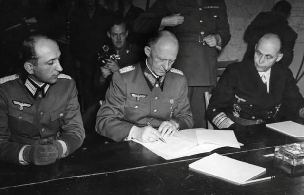 podpisanie aktu kapitulacji przez gen. Alfreda Jodla w kwaterze głównej gen. Dwighta D. Eisenhowera