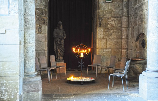 Zeświecczenie na progu Kościoła
