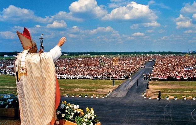 Jan Paweł II  pozdrawia i błogosławi wiernych podczas mszy św. na lotnisku białostockiego aeroklubu, 5 czerwca 1991 r.