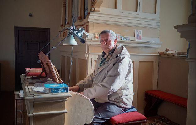 Stanisław Banaszczyk przy organach w kościele w Maluszynie