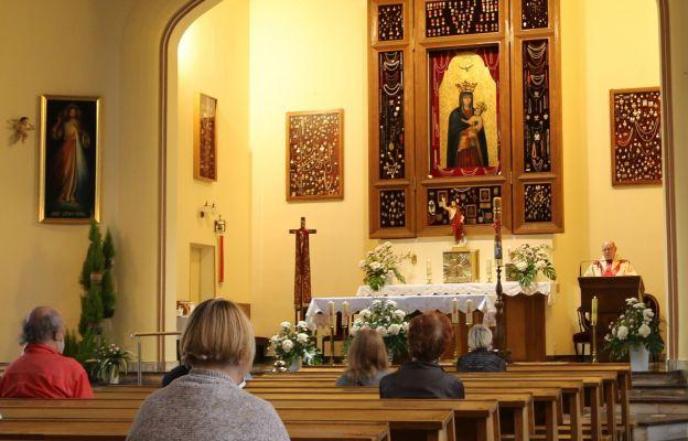 O. Krzysztof Antoniewicz, jezuita, prowadzi nabożeństwo do św. Józefa