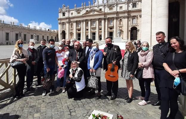 Kardynał Dziwisz na miejscu zamachu