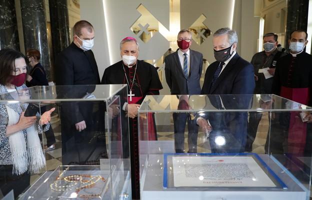 Nuncjusz Apostolski na wystawie z okazji urodzin Jana Pawła II w Warszawie