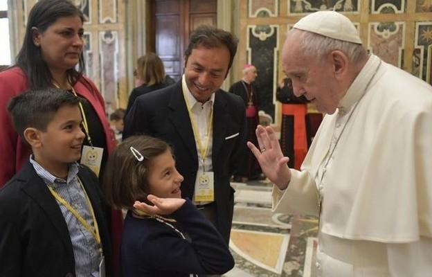 Papież: pedofilia to swoiste zabójstwo, pozbawia dzieciństwa