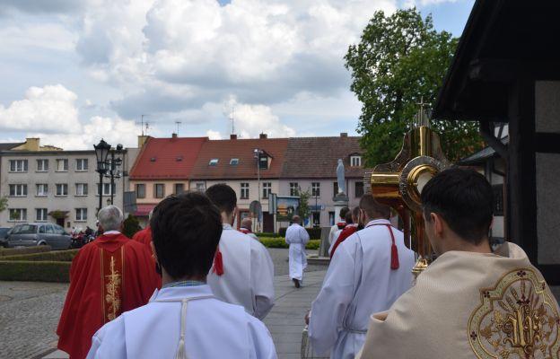 Procesja wokół kościoła