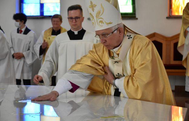 Abp Wacław Depo namaszcza ołtarz krzyżmem