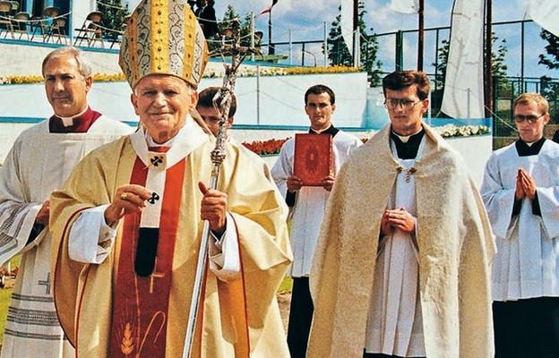Olsztyn, 5 czerwca 1991 r. podczas procesji przed mszą św. na stadionie klubu sportowego Stomil