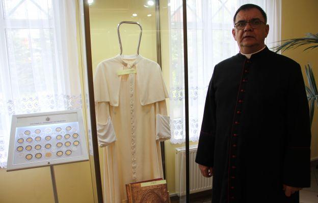 Dziś w sali Jana Pawła II w parafii jest też sutanna, w której papież celebrował liturgię na wzgórzu papieskim i lekcjonarz, którym błogosławił zgromadzonych bardzo licznie wiernych - mówi ks. Bogusław Kaczmarek.