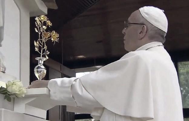 Papież Franciszek ofiarowuje Matce Bożej Fatimskiej trzecią złotą różę