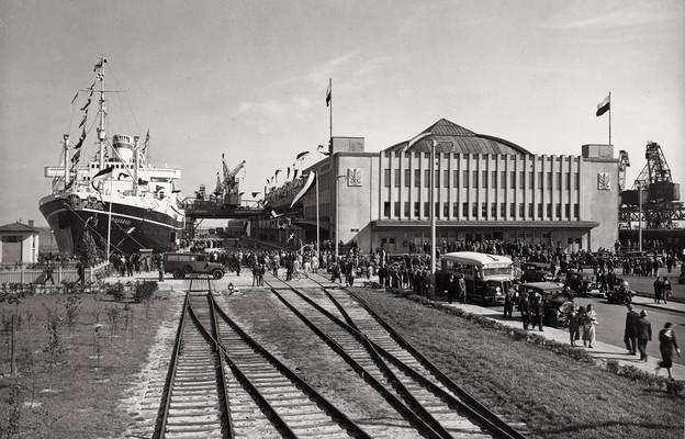 Ruch pasażerski przed Dworcem Morskim w latach 30. ubiegłego wieku