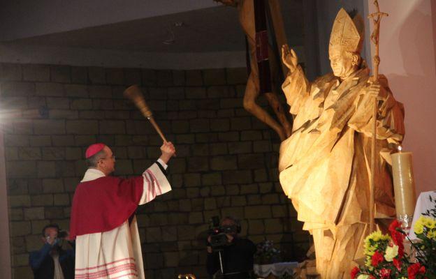 Bp Tadeusz Lityński święci figurę św. Jana Pawła II