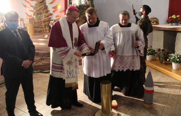 Biskup złożył do Panteonu Pamięci ziemię z Polskiego Cmentarza Wojennego na Monte Cassino