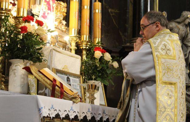 : Ks. dr hab. Wojciech Grygiel z Bractwa Kapłańskiego św. Piotra, podczas sprawowania Mszy św. w tzw. rycie trydenckim