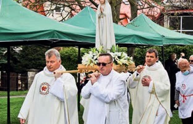 Ojcowie sercanie biali podczas procesji wejścia niosą figurę Matki Bożej Fatimskiej