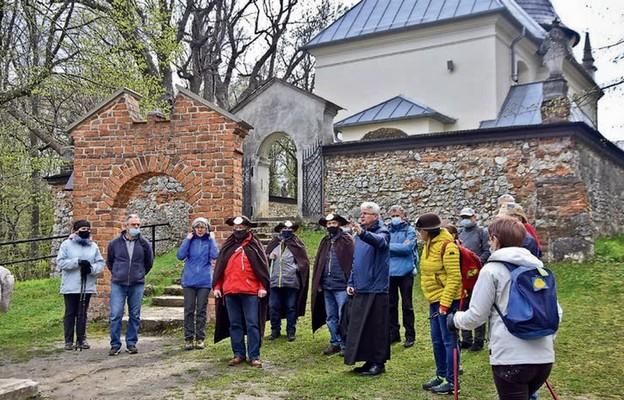 Ks. Stanisław Langer, kustosz diecezjalnego sanktuarium bł. Salomei Piastówny i uczestnicy pielgrzymki w Grodzisku