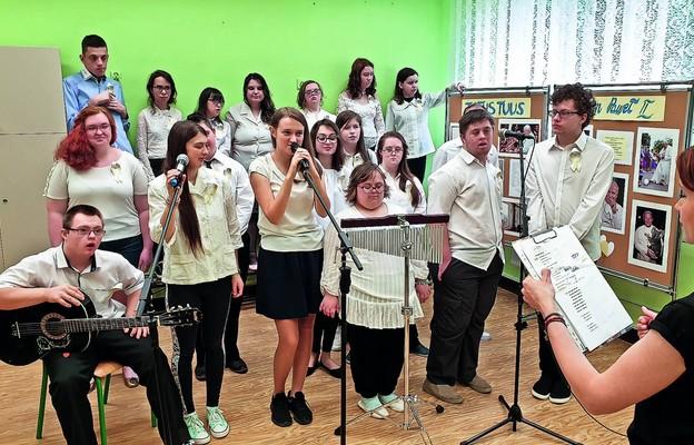 Przygotowania zespołu wokalnego do udziału w konkursie muzycznym