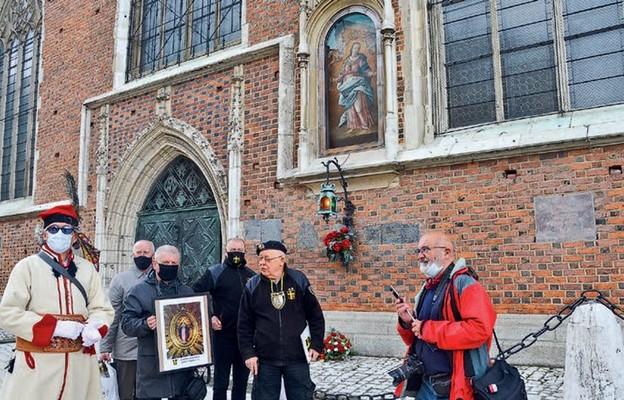 Bracia z Zakonu Rycerzy Jana Pawła II pod obrazem Matki Bożej Łaskawej