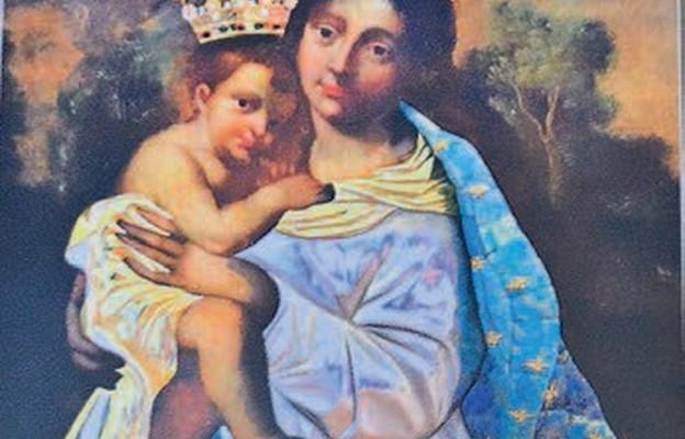 Ks. Kwieciński podarował rodzinom wiele kopii cudownego wizerunku Matki Bożej Piekoszowskiej na pamiątkę jubileuszu