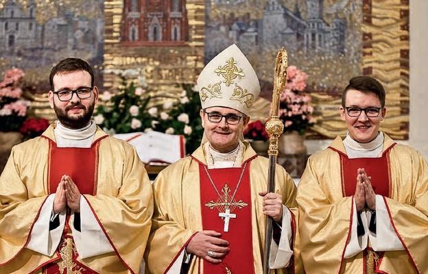 Diakoni Piotr Fedoryszak i Mariusz Mroczkowski z biskupem Andrzejem Przybylskim