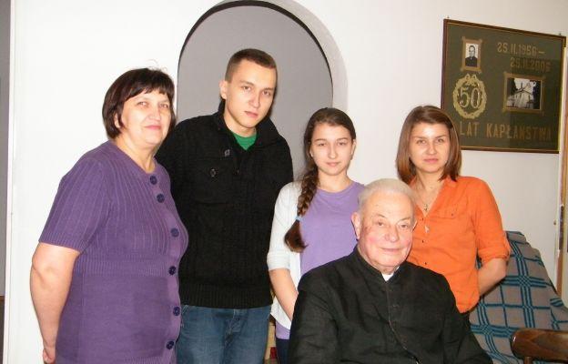 Rodzinna wizyta u zaprzyjaźnionego kapłana. Na zdjęciu Mama (z lewej) z trójką (z sześciorga) dzieci
