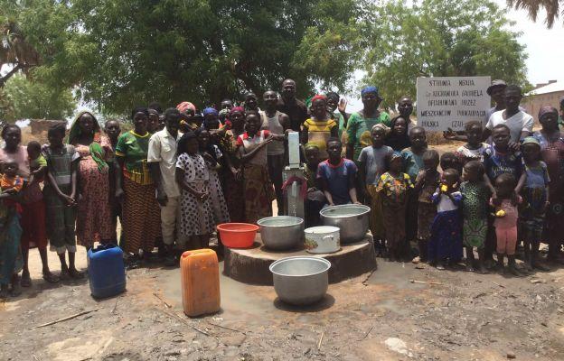 Mieszkańcy wioski przy studni
