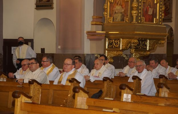 Kapłani zgormadzeni w kościele Królowej Różańca Św. w Kłodzku