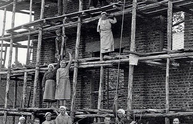 Rok 1928 – siostry urszulanki pracujące przy budowie kaplicy