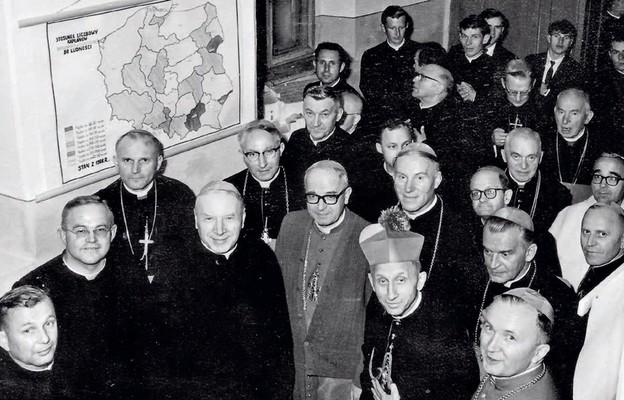 Ks. T. Tararuj oprowadza m.in. kardynałów Wyszyńskiego i Wojtyłę po pierwszej wystawie muzealnej, Drohiczyn 1966 r.