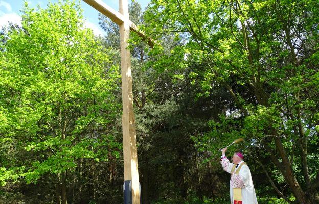 Poświęcono krzyż w miejscu przyszłego sanktuarium Prymasa Tysiąclecia
