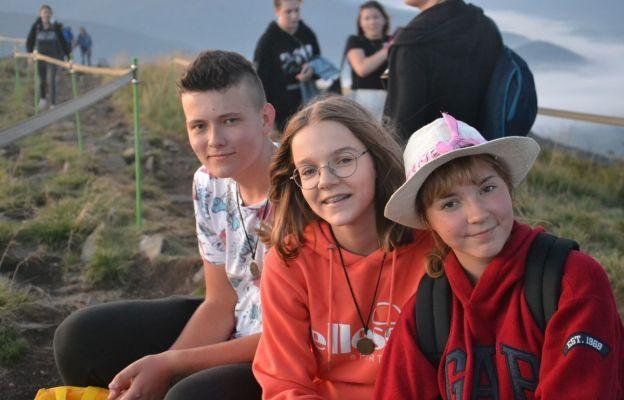 Młodzież podczas wyprawy w góry
