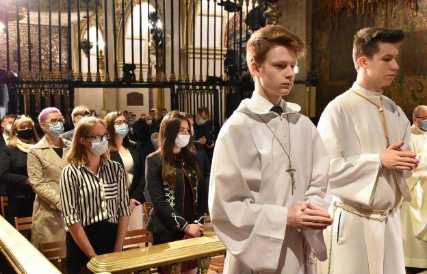 """Nowa grupa pięknych ludzi. Maturzyści """"katolika"""" zakończyli rok szkolny"""