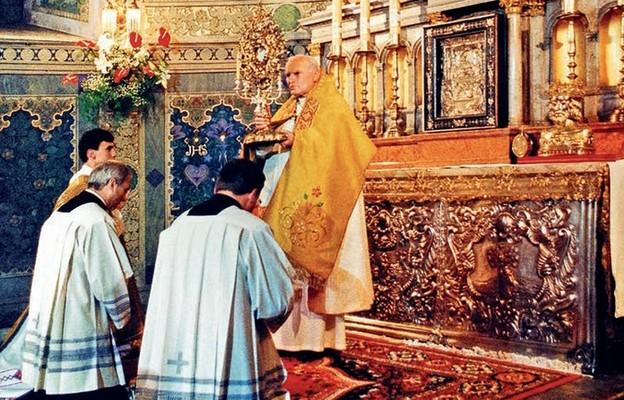 Błogosławieństwo wiernych Najświętszym Sakramentem na zakończenie nabożeństwa czerwcowego w katedrze Wniebowzięcia Najświętszej Marii Panny w Płocku
