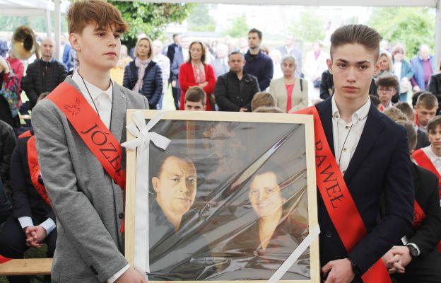 Bierzmowani wręczają portret rodziców abp. Józefa Kupnego