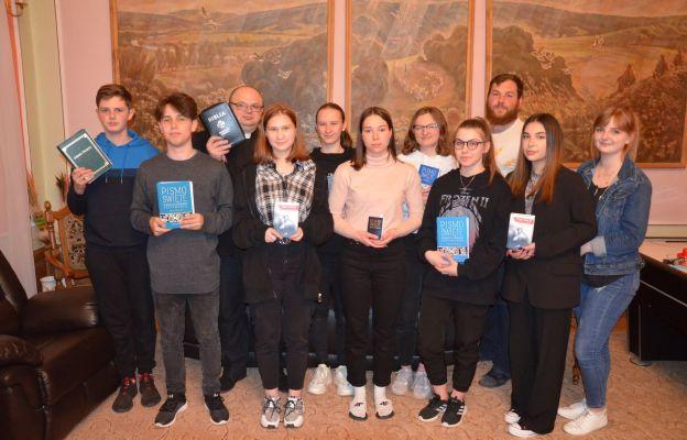 Uczestnicy warsztatów z prowadzącym ks. Łukaszem Nyczem