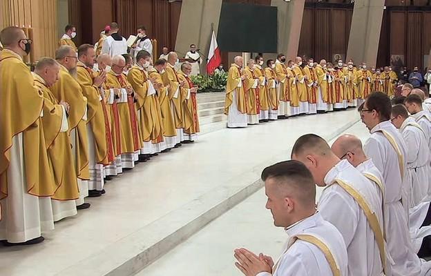 Neoprezbiterom towarzyszyło wielu kapłanów archidiecezji warszawskiej