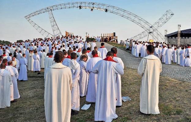 Bóg powierzył kapłanom misję m.in. uświęcania i ewangelizowania ludu Bożego