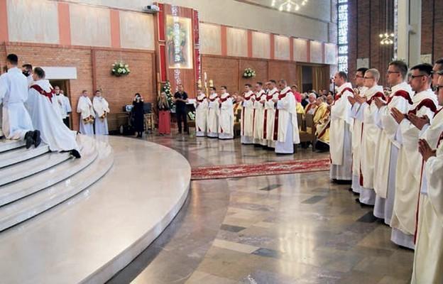 Bp Jan Piotrowski udziela sakramentu święceń prezbiteratu