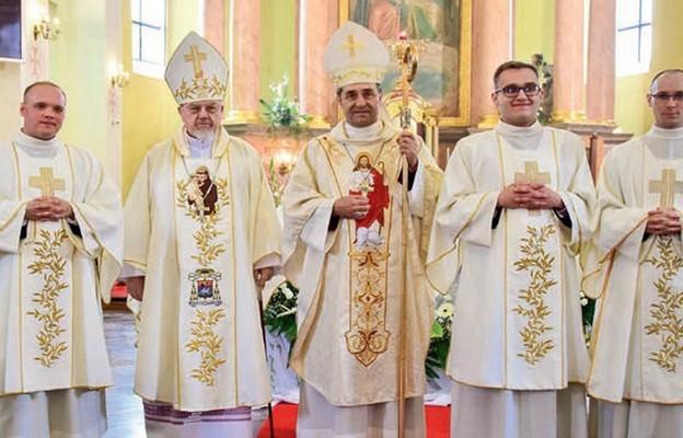 Nowi diakoni z biskupem seniorem Antonim Dydyczem i bp. Piotrem Sawczukiem