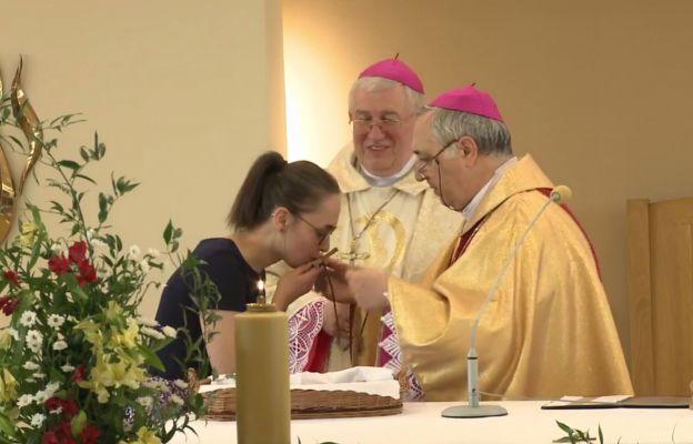 Agnieszka Nowak przyjmuje krzyż misyjny.
