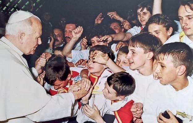 Ministranci ze Skoczowa witają się z papieżem na audiencji