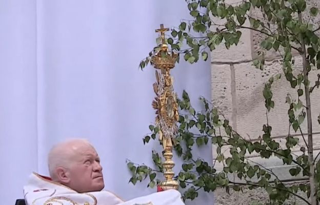 abp Szal błogosławi Najświętszym Sakramentem