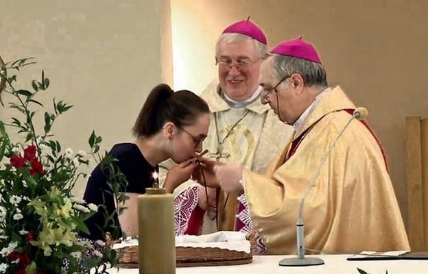 Misjonarka podczas posłania i odbioru znaku zbawienia z rąk nuncjusza apostolskiego w Polce abp. Salvatore Pennacchio