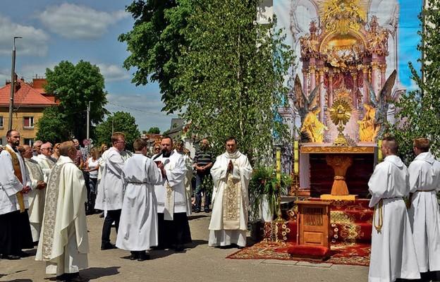 Procesji przewodniczy pasterz diecezji
