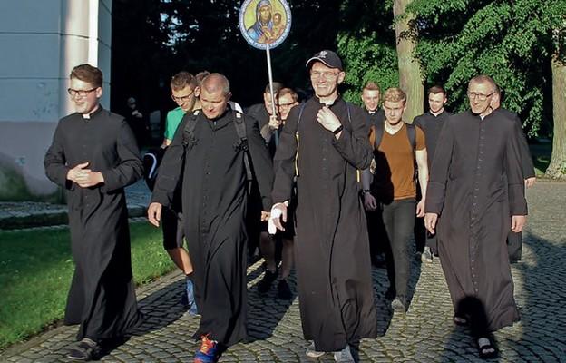 Klerycy podczas pieszej modlitwy o nowe powołania kapłańskie