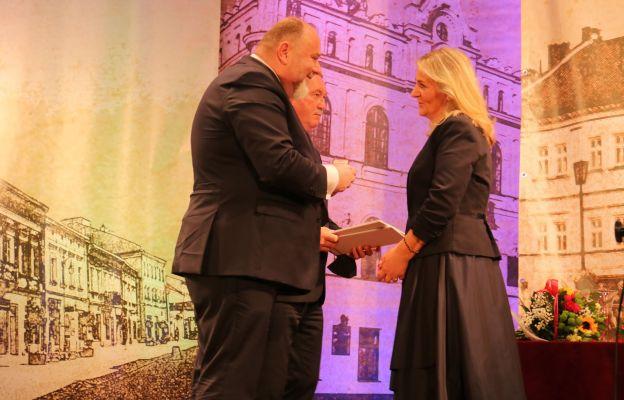 Wyróżnienie z rąk burmistrza otrzymuje dyrektorka JOKiS