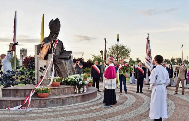 Pomnik został poświęcony w 30. rocznicę papieskiej wizyty