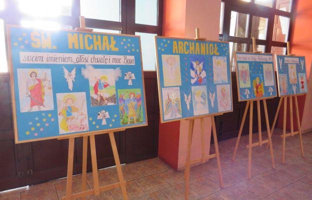 Biorący w rywalizacji młodzi artyści starali się przelać na papier swoje wyobrażenia Wodza Wojska Niebieskiego jako anioła sprawiedliwości, sądu, łaski i zmiłowania