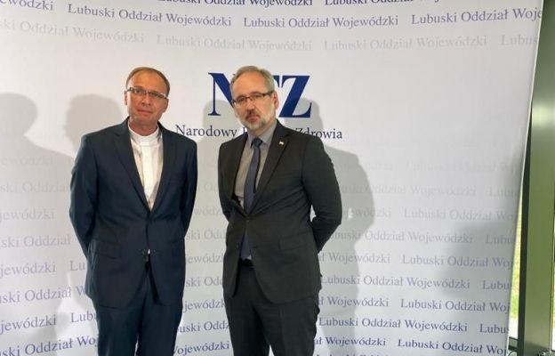 ks. Tomasz Duszczak z ministrem zdrowia Adamem Niedzielskim