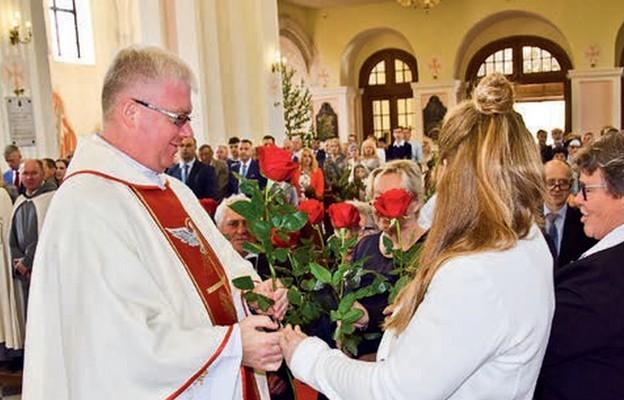 Życzenia jubilatowi składają przedstawiciele rady parafialnej